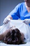 Εργαζόμενος του νεκροτομείου που καλύπτει το πτώμα στοκ εικόνα με δικαίωμα ελεύθερης χρήσης