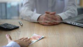 Εργαζόμενος τράπεζας που αρνείται να ανταλλάξει τα ευρο- τραπεζογραμμάτια, πλαστά χρήματα, παράνομη διαπραγμάτευση φιλμ μικρού μήκους