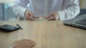 Εργαζόμενος τράπεζας που αρνείται να ανταλλάξει τα πλαστά ιαπωνικά γεν, έλεγχος validator νομίσματος φιλμ μικρού μήκους