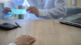 Εργαζόμενος τράπεζας που εξετάζει το ευρο- τραπεζογραμμάτιο από τον ανιχνευτή νομίσματος, πλαστά χρήματα απόθεμα βίντεο