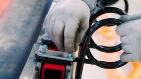 Εργαζόμενος των χειρωνακτικών τμημάτων μετάλλων καθορισμού εργαστηρίων συνελεύσεων στη βιομηχανική μονάδα φιλμ μικρού μήκους