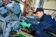 Εργαζόμενος υπηρεσιών στο βιομηχανικό σταθμό συμπιεστών Στοκ Φωτογραφίες