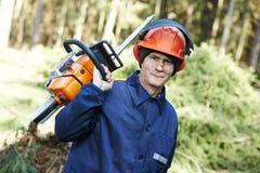 Εργαζόμενος υλοτόμων με το αλυσιδοπρίονο στο δάσος Στοκ φωτογραφία με δικαίωμα ελεύθερης χρήσης