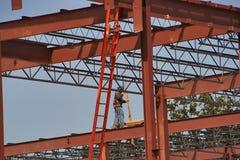 Εργαζόμενος χάλυβα σε μια περιοχή εργασίας κατασκευής Στοκ Φωτογραφίες