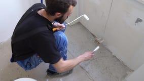 Εργαζόμενος χρωμάτων τοίχων φιλμ μικρού μήκους