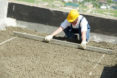 Εργαζόμενος roofer με το λαγούτο επιπλεόντων σωμάτων Στοκ Φωτογραφία