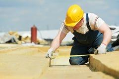 Εργαζόμενος Roofer που μετρά το υλικό μόνωσης Στοκ φωτογραφία με δικαίωμα ελεύθερης χρήσης