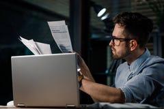 Εργαζόμενο άτομο με τα έγγραφα και το lap-top Στοκ φωτογραφίες με δικαίωμα ελεύθερης χρήσης