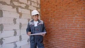Εργαζόμενο άτομο με το σχέδιο στην περιοχή απόθεμα βίντεο