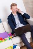 Εργαζόμενο άτομο που μιλά στο τηλέφωνο Στοκ Εικόνες