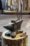 Εργαλεία αμονιών σιδήρου και σιδηρουργών ` s Στοκ Φωτογραφία