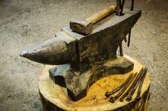 Εργαλεία αμονιών σιδήρου και σιδηρουργών ` s Στοκ Φωτογραφίες