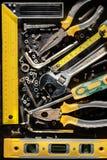 Εργαλεία, βίδες και καρύδια σε ένα μεταλλικό υπόβαθρο Στοκ Εικόνες