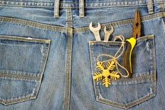 Εργαλεία, γαλλικά κλειδιά, μακριές πένσες και χρυσά snowflake Χριστούγεννα δ μύτης Στοκ εικόνες με δικαίωμα ελεύθερης χρήσης