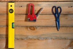 Εργαλεία για σε ένα ξύλινο υπόβαθρο με την ξυλεία πεύκων Στοκ εικόνα με δικαίωμα ελεύθερης χρήσης