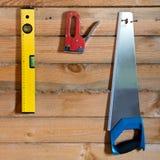 Εργαλεία για σε ένα ξύλινο υπόβαθρο με την ξυλεία πεύκων Στοκ Εικόνα