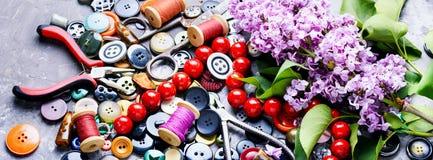 Εργαλεία για τη ραπτική και τον ιώδη κλάδο Στοκ εικόνες με δικαίωμα ελεύθερης χρήσης