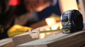 Εργαλεία και εργαζόμενος μέτρησης εργοτάξιων οικοδομής απόθεμα βίντεο