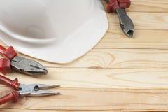Εργαλεία κατασκευής και άσπρο κράνος στο ξύλινο υπόβαθρο Διάστημα αντιγράφων για το κείμενο χρυσά πλήκτρα σπιτιών δάχτυλων κατασκ Στοκ εικόνες με δικαίωμα ελεύθερης χρήσης