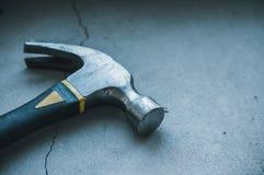 Εργαλεία κατασκευής σε ένα σκοτεινό υπόβαθρο στοκ φωτογραφία με δικαίωμα ελεύθερης χρήσης
