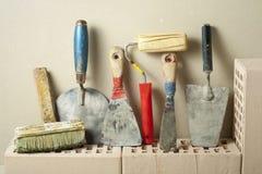 Εργαλεία κατασκευής σε μια σειρά και τα τούβλα Έννοια κτηρίου και ανακαίνισης Στοκ Εικόνες