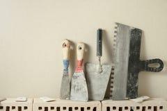 Εργαλεία κατασκευής σε μια σειρά και τα τούβλα Έννοια κτηρίου και ανακαίνισης Στοκ φωτογραφίες με δικαίωμα ελεύθερης χρήσης