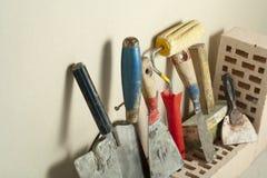 Εργαλεία κατασκευής σε μια σειρά και τα τούβλα Έννοια κτηρίου και ανακαίνισης Στοκ φωτογραφία με δικαίωμα ελεύθερης χρήσης