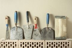 Εργαλεία κατασκευής σε μια σειρά και τα τούβλα Έννοια κτηρίου και ανακαίνισης Στοκ Εικόνα