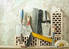 Εργαλεία κατασκευής σε μια σειρά και τα τούβλα Έννοια κτηρίου και ανακαίνισης Στοκ εικόνες με δικαίωμα ελεύθερης χρήσης