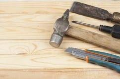 Εργαλεία κατασκευής στο ξύλινο υπόβαθρο Διάστημα αντιγράφων για το κείμενο χρυσά πλήκτρα σπιτιών δάχτυλων κατασκευής έννοιας Στοκ φωτογραφίες με δικαίωμα ελεύθερης χρήσης