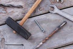 Εργαλεία κατασκευής στο ξύλινο υπόβαθρο στοκ φωτογραφία