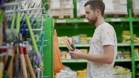 Εργαλεία κηπουρικής σε ένα κατάστημα απόθεμα βίντεο