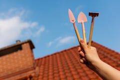 Εργαλεία κηπουρικής στη μικρογραφία Τσουγκράνα, λεπίδες ώμων Στοκ φωτογραφία με δικαίωμα ελεύθερης χρήσης