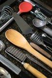 Εργαλεία κουζινών που τακτοποιούνται στη μαύρη επιφάνεια στοκ φωτογραφία με δικαίωμα ελεύθερης χρήσης