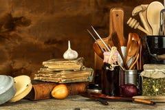 Εργαλεία κουζινών στον πίνακα Εργαλεία για τους αρχιμάγειρες παλαιό κουτάλι ξύλινο Στοκ Φωτογραφίες