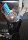 Εργαλεία κουζινών στο μαύρο εμπορευματοκιβώτιο στο μετρητή γρανίτη στοκ φωτογραφία με δικαίωμα ελεύθερης χρήσης