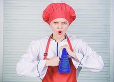Εργαλεία κουζινών t κορίτσι στην ποδιά και το καπέλο μάγειρας στο εστιατόριο, ομοιόμορφο επαγγελματικός αρχιμάγειρας που μαγειρεύ στοκ φωτογραφία με δικαίωμα ελεύθερης χρήσης