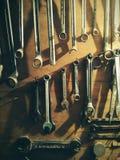 Εργαλεία μετάλλων, ξύλινο υπόβαθρο χρόνος να εργαστεί Στοκ φωτογραφία με δικαίωμα ελεύθερης χρήσης