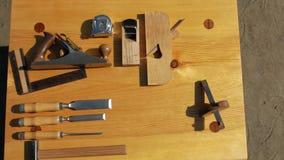 Εργαλεία ξυλουργικής σε έναν ξύλινο πίνακα στη φύση joinery εξάρτηση φιλμ μικρού μήκους