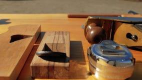 Εργαλεία ξυλουργικής σε έναν ξύλινο πίνακα στη φύση joinery εξάρτηση απόθεμα βίντεο