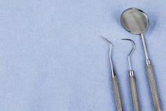 Εργαλεία οδοντιάτρων σε ένα μπλε ύφασμα υγιεινής με το διάστημα αντιγράφων Στοκ Εικόνες