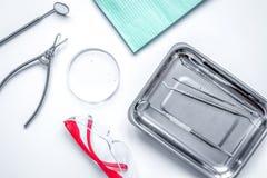 Εργαλεία οδοντιάτρων στο γραφείο στην άσπρη τοπ άποψη υπολογιστών γραφείου Στοκ εικόνες με δικαίωμα ελεύθερης χρήσης