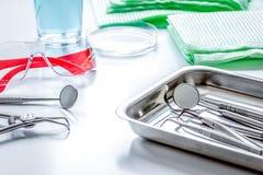 Εργαλεία οδοντιάτρων στο γραφείο στον άσπρο υπολογιστή γραφείου Στοκ φωτογραφίες με δικαίωμα ελεύθερης χρήσης