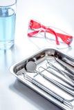 Εργαλεία οδοντιάτρων στο γραφείο στον άσπρο υπολογιστή γραφείου Στοκ φωτογραφία με δικαίωμα ελεύθερης χρήσης