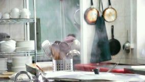Εργαλεία που κρεμούν στον κάτοχο ανά ένα ζευγάρι στην κουζίνα εστιατορίων φιλμ μικρού μήκους