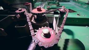 Εργαλεία που περιστρέφονται ενώ μια μηχανή εργοστασίων λειτουργεί απόθεμα βίντεο