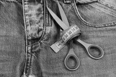 Εργαλεία ραφτών στο ύφασμα τζιν, εκλεκτική εστίαση Παραγωγή των ενδυμάτων και της έννοιας σχεδίου: ψαλίδι που τυλίγεται γύρω από  Στοκ φωτογραφίες με δικαίωμα ελεύθερης χρήσης