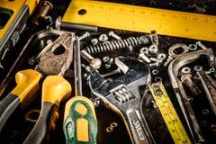 Εργαλεία σε ένα μαύρο μεταλλικό υπόβαθρο Στοκ εικόνες με δικαίωμα ελεύθερης χρήσης