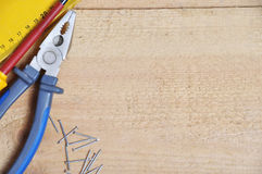 Εργαλεία σε μια ξύλινη ανασκόπηση Στοκ Φωτογραφία