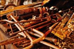 Εργαλεία σιδηρουργών σε έναν καυτό φούρνο Στοκ Φωτογραφίες